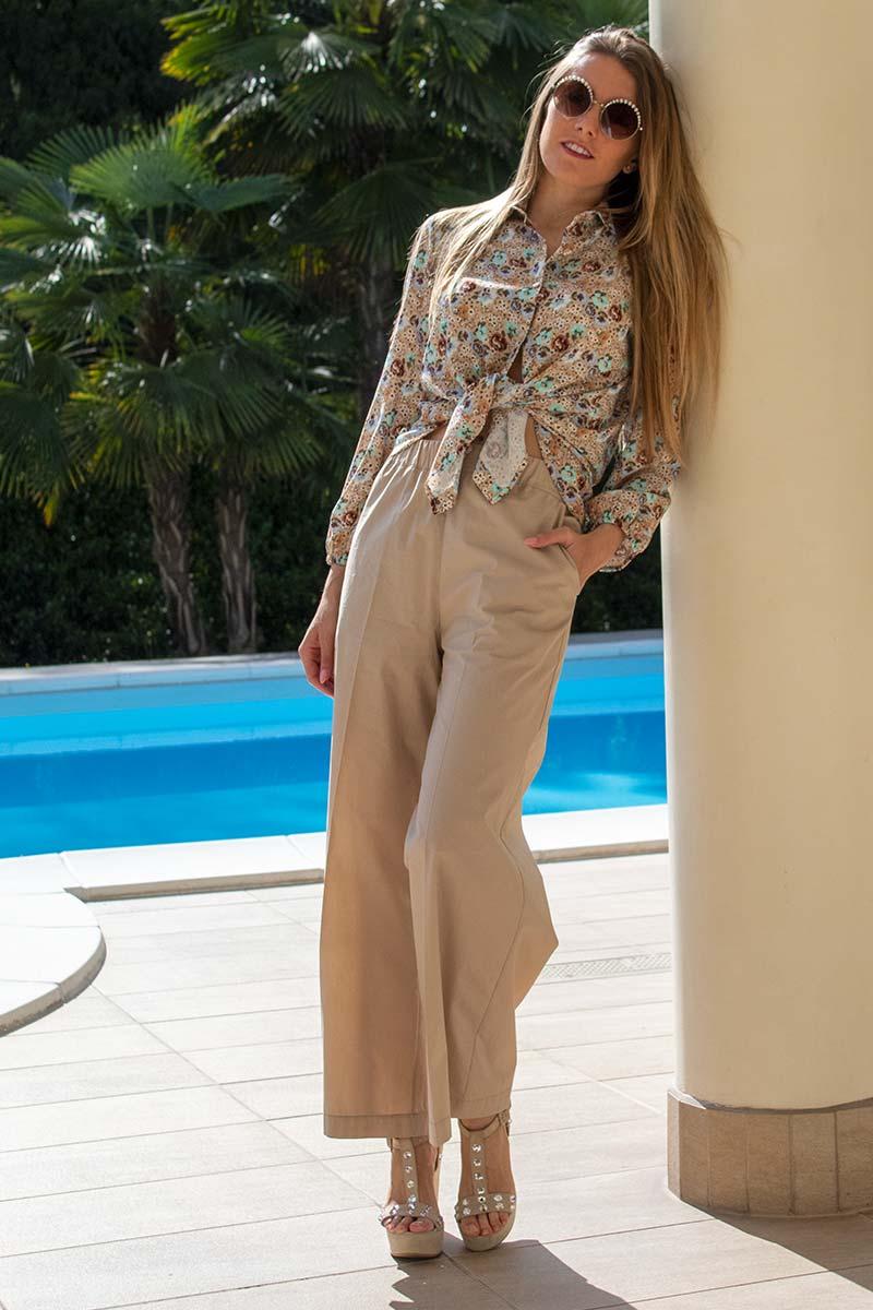look femminile e fresco in cotone con camicia stampata